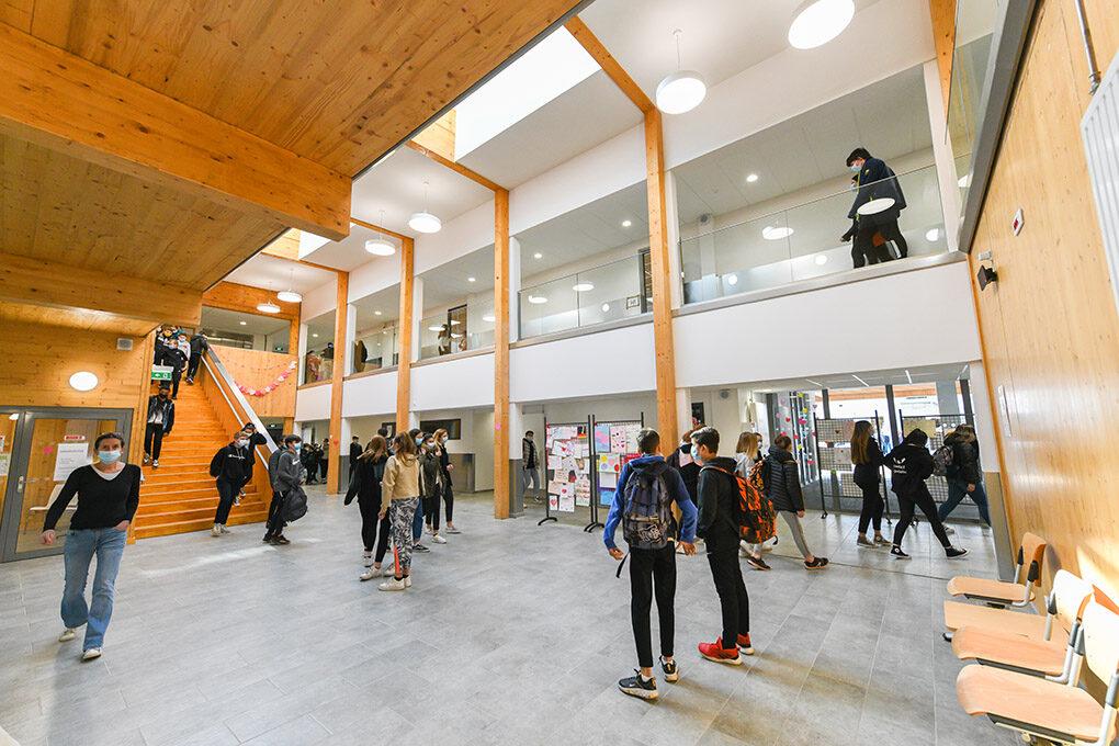 Hall d'accueil du collège La Lauzière à Val d'Arc
