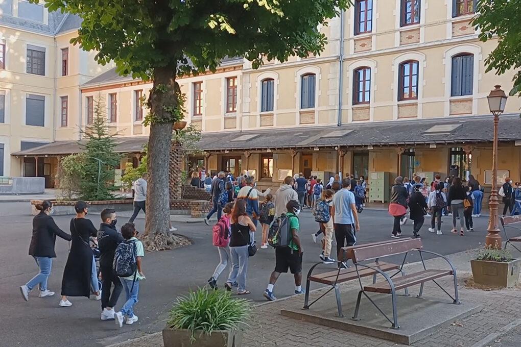 Collégiens dans la cour d'un collège pour la rentrée scolaire 2021